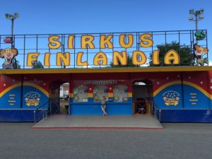 Karla vor dem Sirkus Finlandia 1